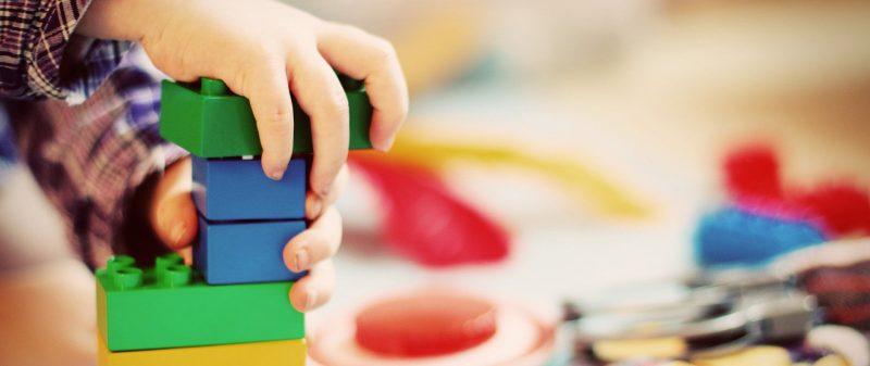 Monipuolinen leikki parantaa taaperoiden oppimismahdollisuuksia